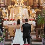 Brautpaar vor dem Altar mit Pfarrer