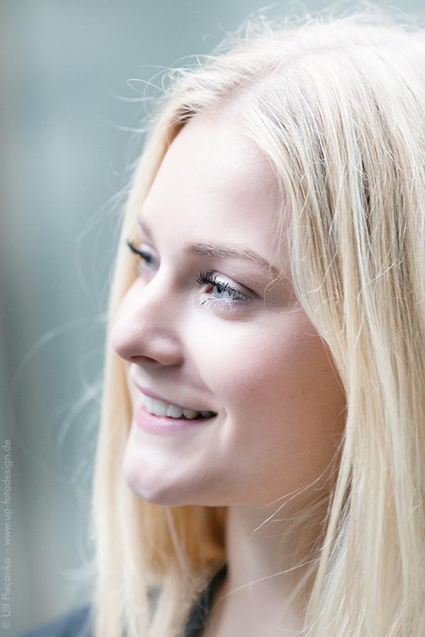 Model Leonie von der Seite unbemerkt fotografiert beim Fotoshooting