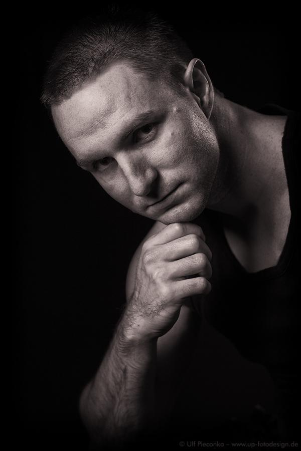 Model Sven in schwarz-weiss - Fotograf Ulf Pieconka in Würzburg