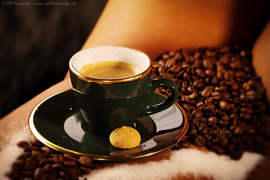 Espresso auf Kaffeebohnen im Rahmen eines Body & Food Fotoshootings bei up fotodesign Fotograf in Würzburg