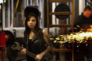 Model Yasmin in Werkstatt mit Schraubenschlüssel