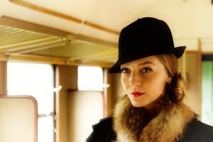 Model Sabine als Reisende im Zug