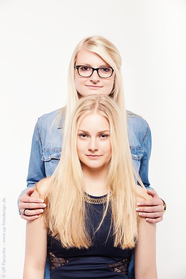 Models Laura und Leonie posen im Studio für Fotograf Ulf Pieconka Würzburg bei Fotoshooting in Westhausen