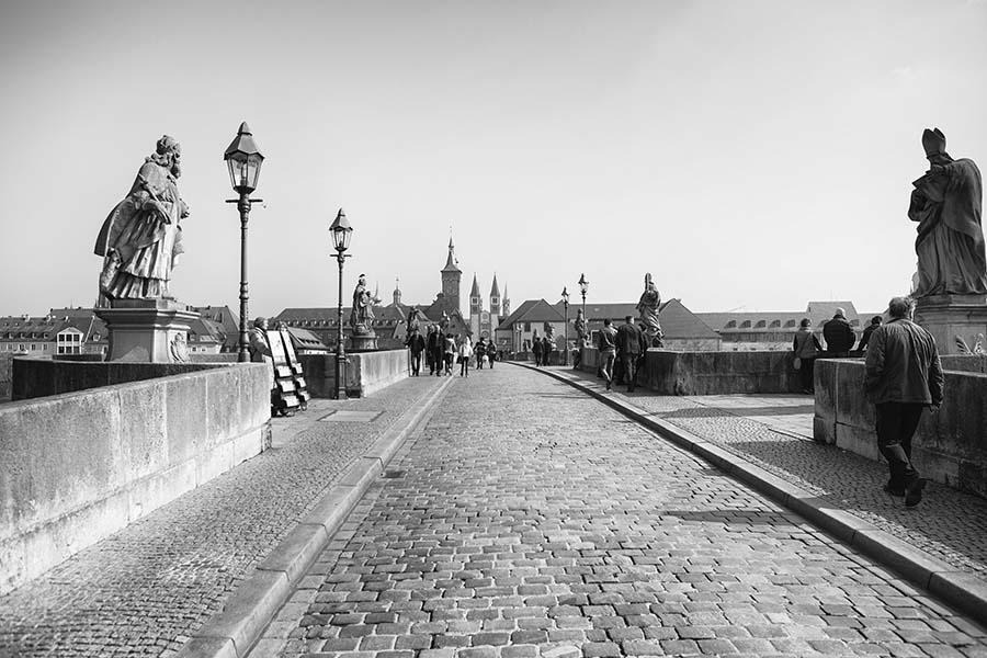 Würzburg - Blick auf die Stadt von der alten Mainbrücke - Fotograf Ulf Pieconka - schwarz-weiss