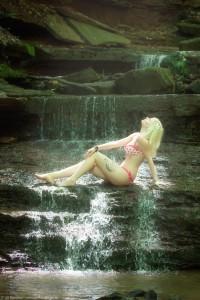 Model Lali beim Fotoshooting outdoor mit Fotograf Ulf Pieconka - Licht und Wasserfall - Wasserfotoshooting