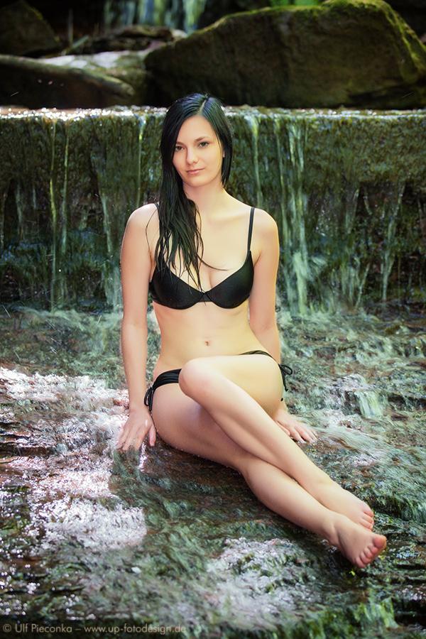 Model Sabrina mit Wasserfall in Farbe - Fotoshooting