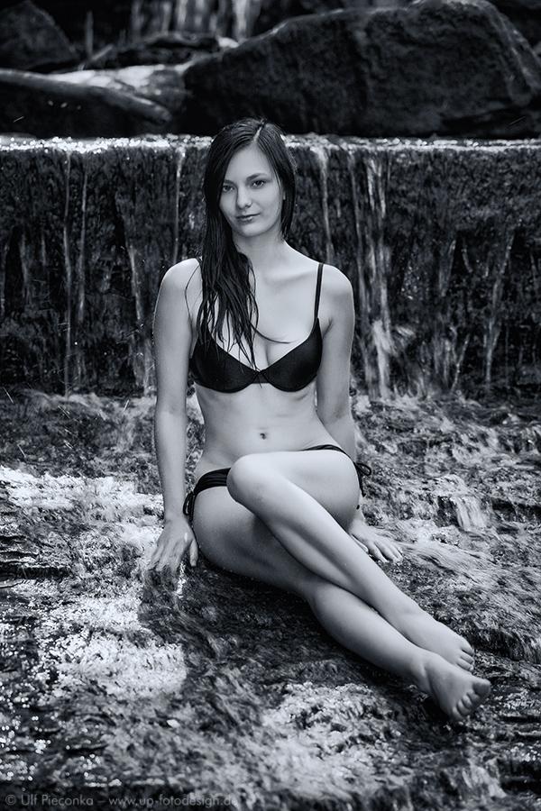 Model Sabina beim Fotoshooting mit Wasserfall