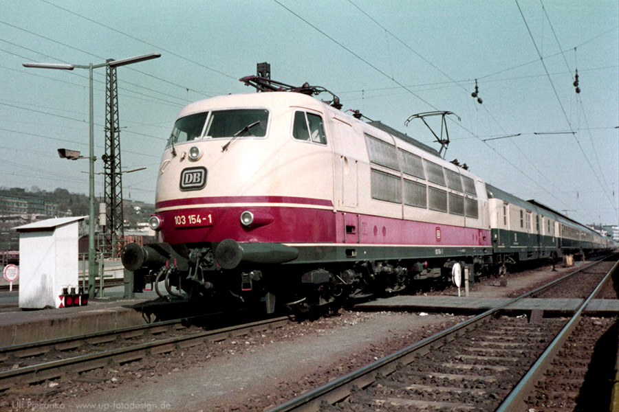 E-Lok 103 154-1 im April 1984 im Würzburger Hauptbahnhof