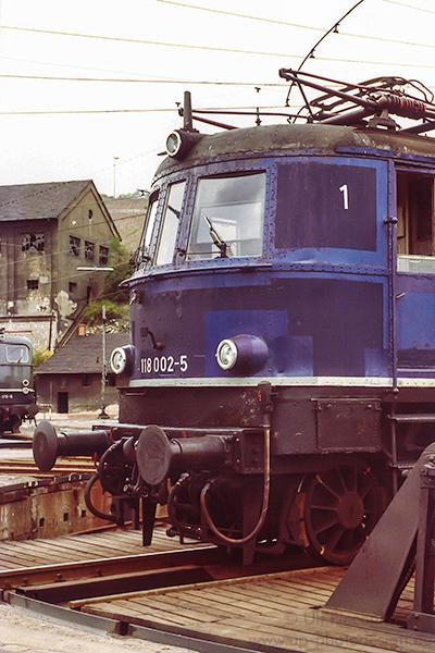 E-Lok 118 002-5 - Auf der Drehscheibe im BW Würzburg