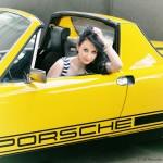 Model Carmen in gelbem Porsche - Fotograf up fotodesign - Wuerzburg