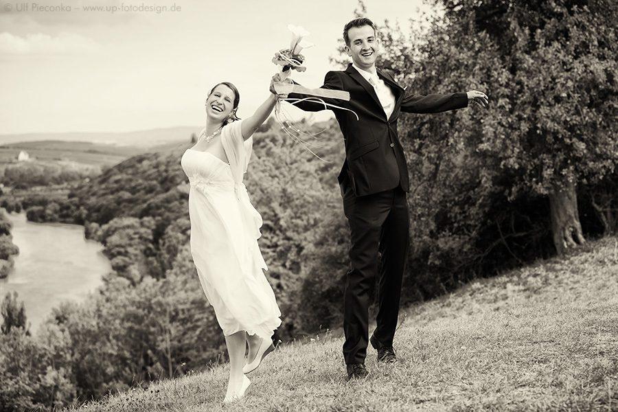 Hochzeitspaar in der freien Natur - Aufnahme des Hochzeitsfotografen