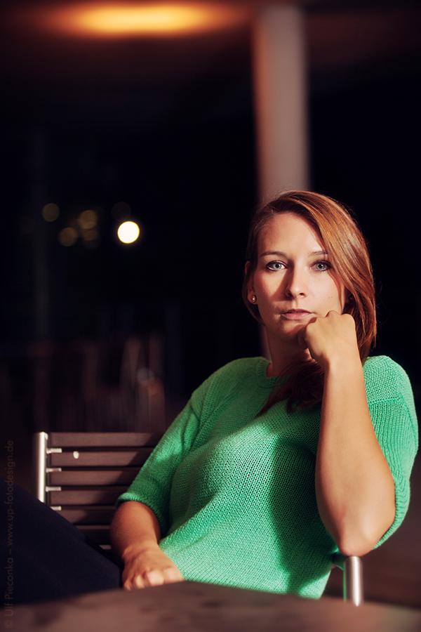 Model Lisa sitzt auf einem Stuhl - Nachtaufnahme
