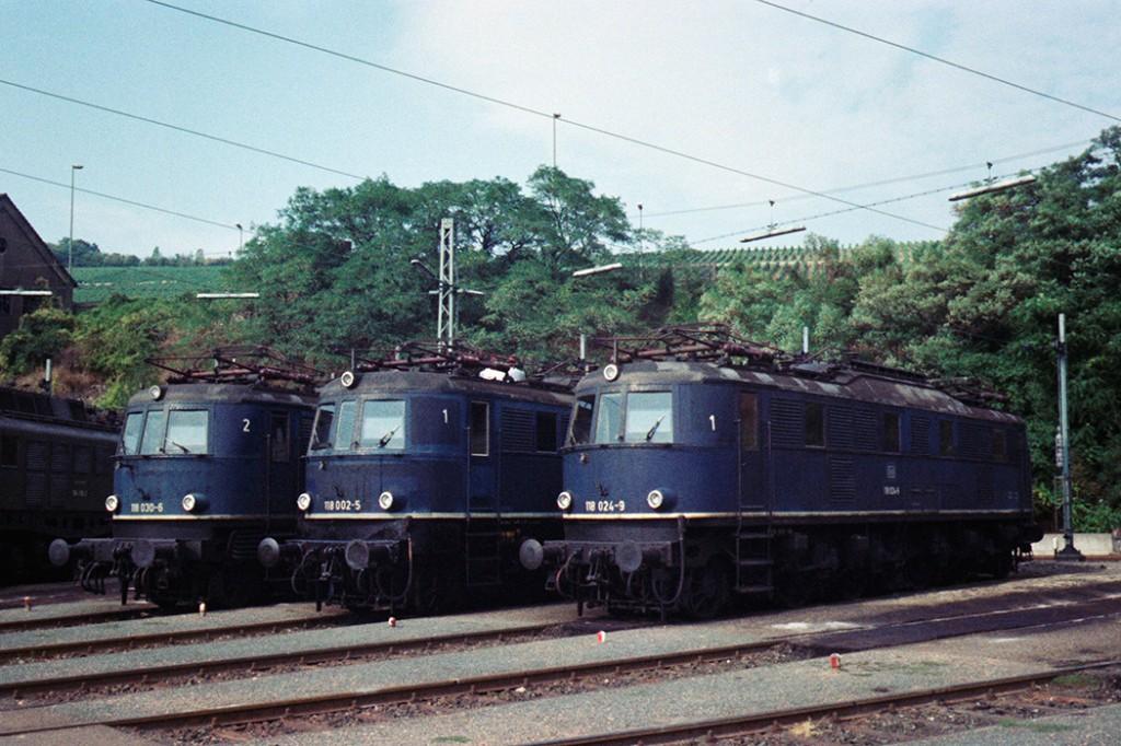 3x-E18-im-Bahnbetriebswerk-Würzburg