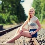 Model Julia auf Bahngleis - Fotograf Ulf Pieconka
